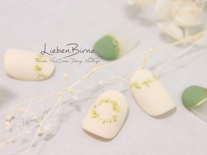 白いお花と緑のリース