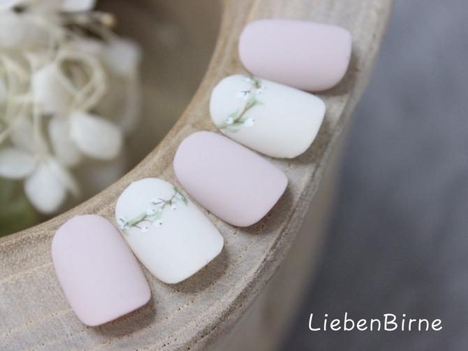 白いお花の冠ネイル