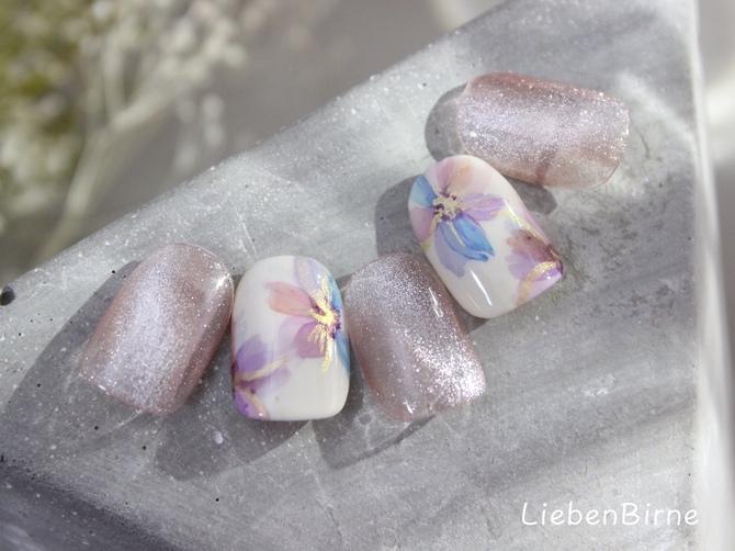くすみピンクのフラワーネイル